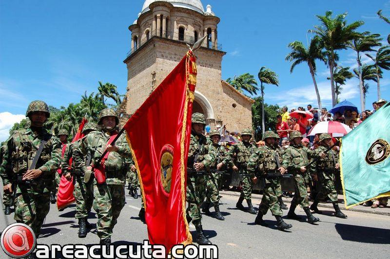 Desfile Militar, en conmemoracion al 20 de Julio