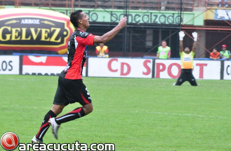 Diego Peralta celebra el primer gol de la tarde y de rodillas al fondo el golero Williams Buenaños agradece a Dios por la anotación.