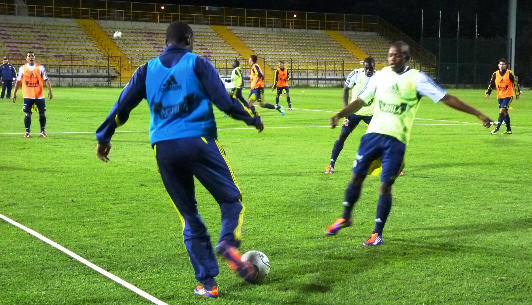 Colombia entrena en Techo en la noche, buscando la forma para el debut