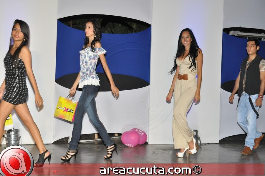 La Escuela Pública De Formación Artista  Realizo Fashion De Clausura Moda Y Color.