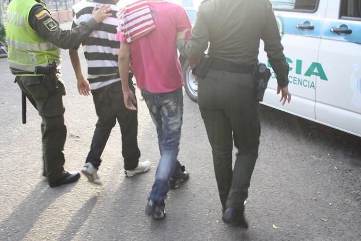 Detenidos dos j venes quienes fueron sorprendidos con for Interior y policia porte y tenencia