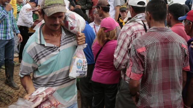La Gestora Social y el Gobernador llegaron cargados de ayudas humanitarias para habitantes de cuatro veredas de Tibú (8)
