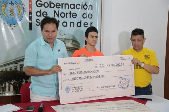 Entrega de incentivos a Jossimar Calvo y Jairo Ruíz (4)