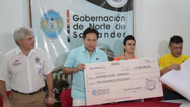 Entrega de incentivos a Jossimar Calvo y Jairo Ruíz (6)