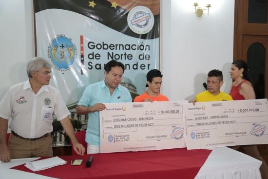 Entrega de incentivos a Jossimar Calvo y Jairo Ruíz (7)