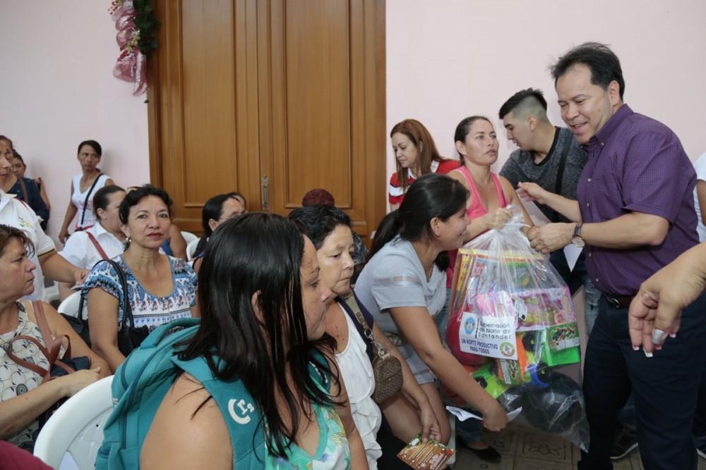 Entega de regalos para las asociaciones de mujeres (14)