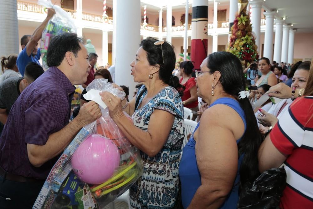 Entega de regalos para las asociaciones de mujeres (15)