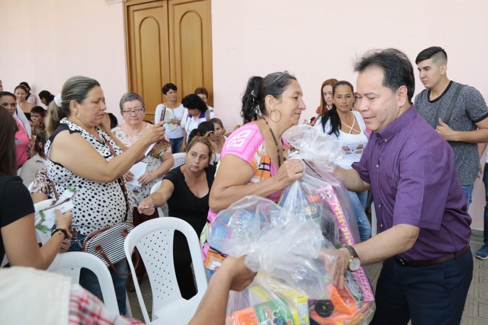 Entega de regalos para las asociaciones de mujeres (17)