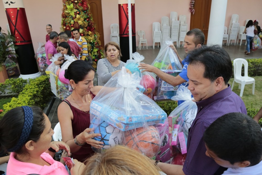 Entega de regalos para las asociaciones de mujeres (23)